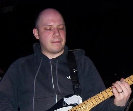 Stuart Braithwaite tocando en directo